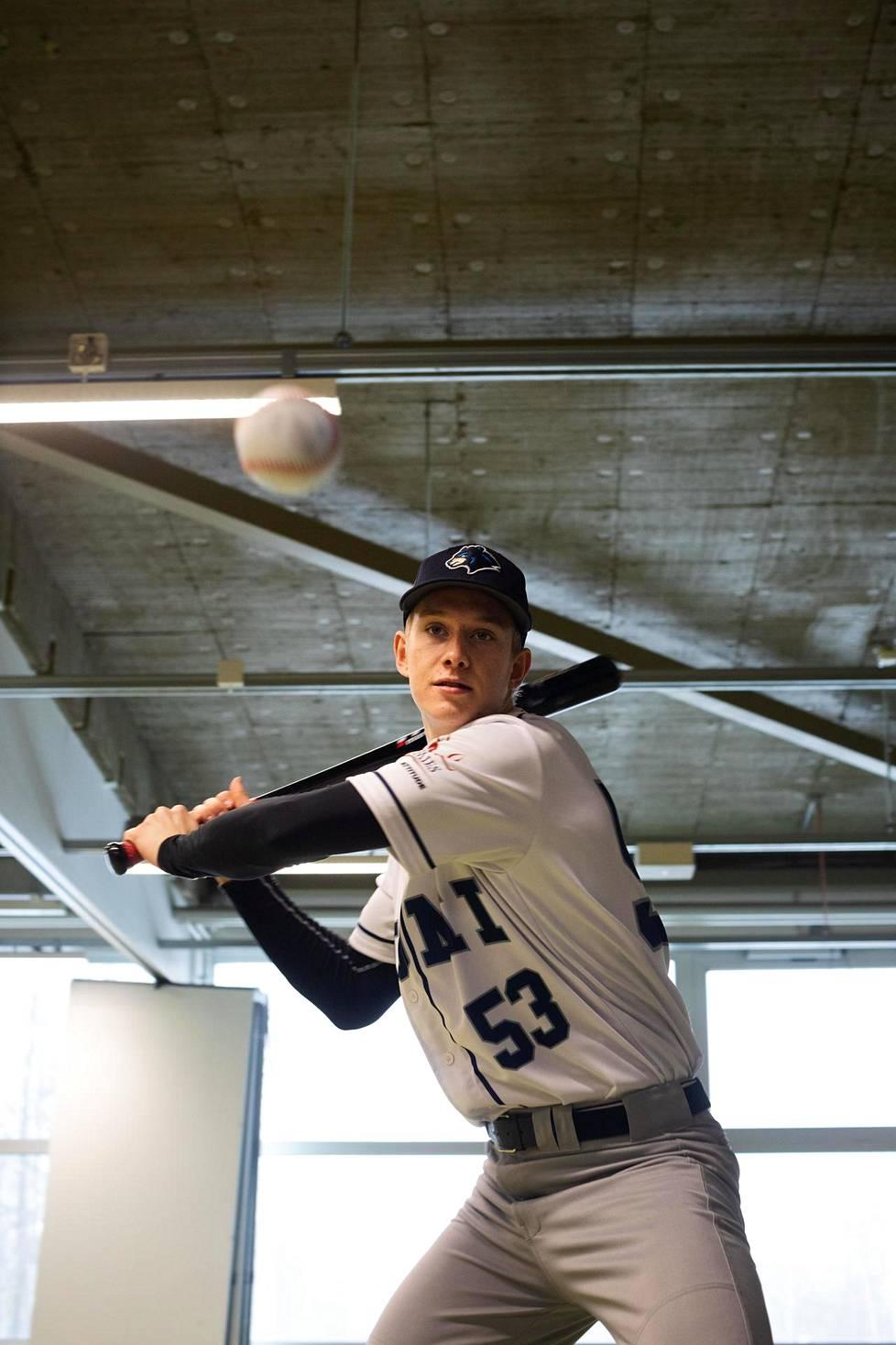 Baseballin lyöntiliike on lähes samanlainen kuin pesäpallossa paikaltaan lyötäessä, Konsta Kurikka sanoo.