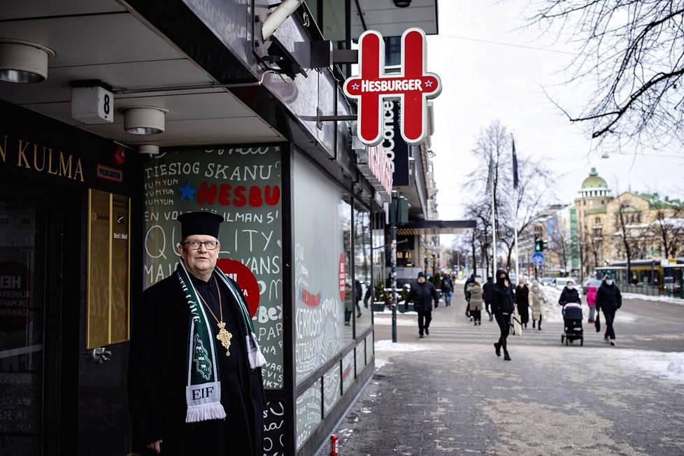 Ortodoksisen seurakunnan kirkkoherra Markku Salminen Mannerheimintie 8:n edessä. Seurakunta omistaa koko kiinteistön.