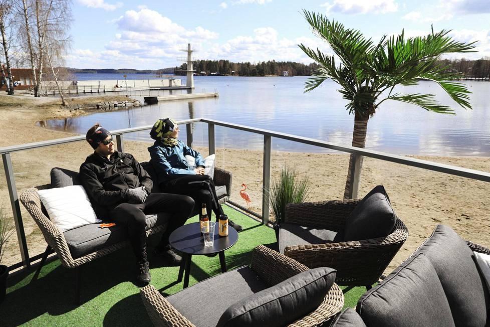 Kuopiolaiset Hanna ja Jori Ruuskanen nauttivat kevätauringosta kahvila Väinön terassilla.