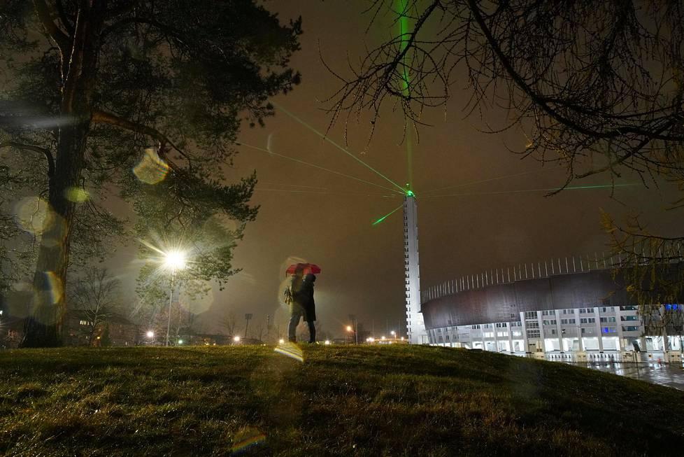 Benjamin Feiring ja Katarina Kalske tulivat katsomaan Olympiastadionin valoteosta pari tuntia auringonlaskun jälkeen. Tavallisesti he viettäisivät uudenvuodenaaton isommassa porukassa, mutta tänä vuonna tuntui turvallisemmalta olla kahdestaan.