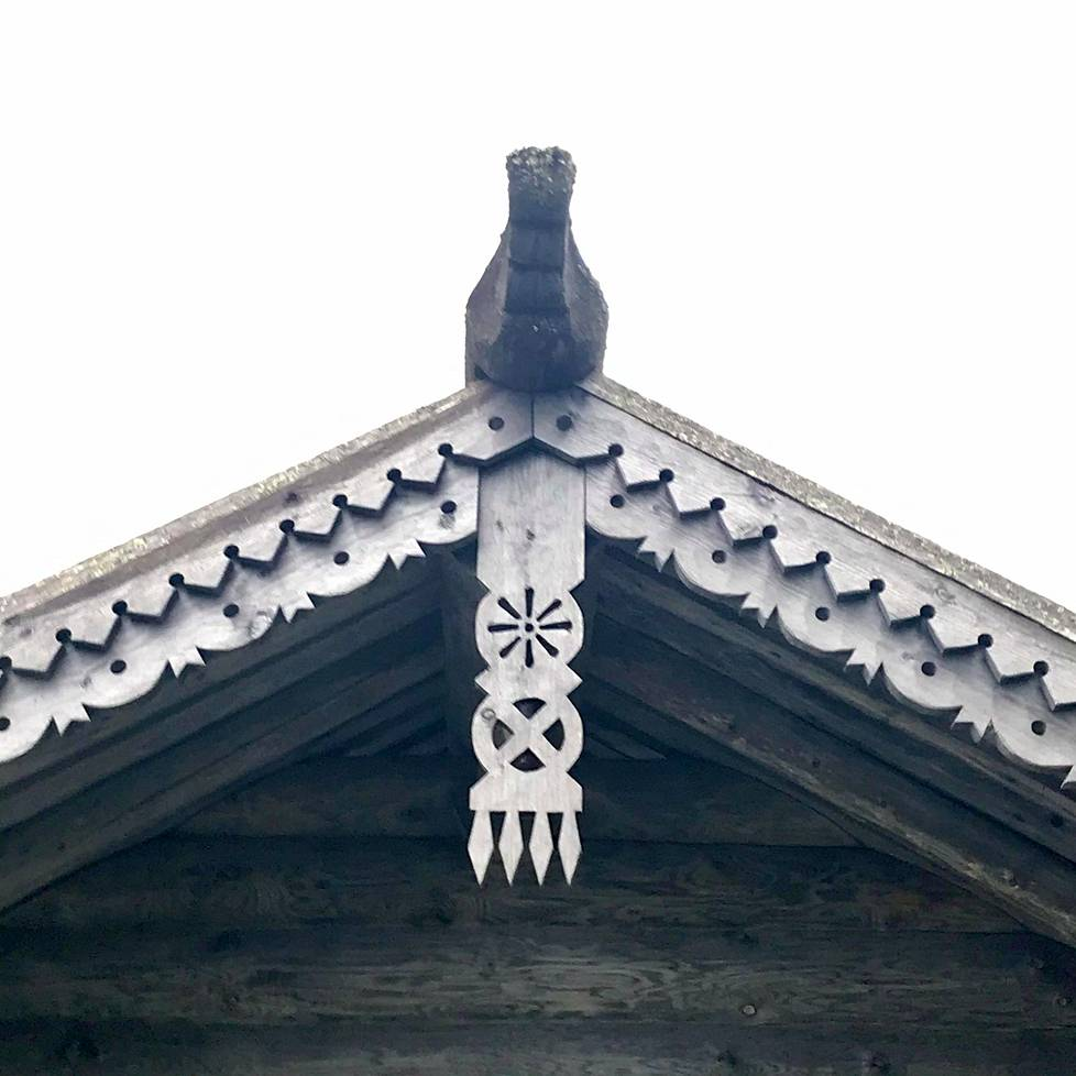 Vienalaistalon perinteinen koristeleikkaus eli otsilauta kuvaa ihmisen elämänehtoja: atrainpiikit, rukinlapa, päivänkehrä eli aurinko ja huhmare.