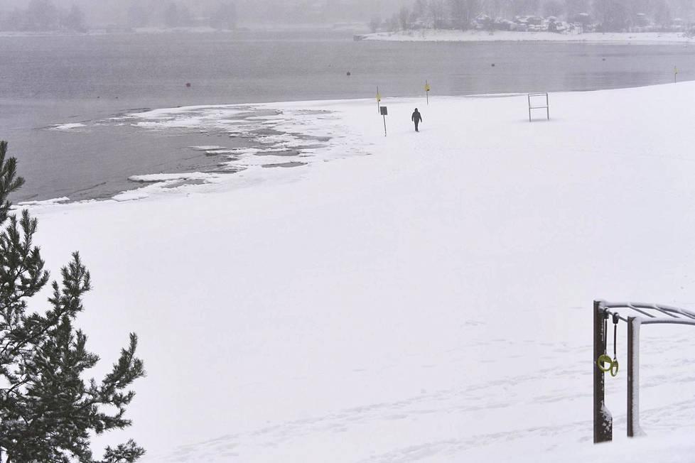 Helsingin Hietaniemen uimaranta 12. tammikuuta 2021. Lumen syvyys Kaisaniemen mittauspisteellä 16 cm ja Helsinki-Vantaan lentokentällä 25 cm.