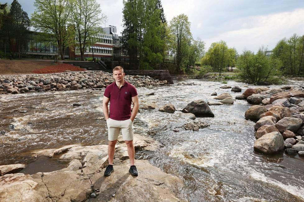 Painija Elias Kuosmanen kotimaisemissaan Keravanjoen Vernissanrannassa Tikkurilassa.