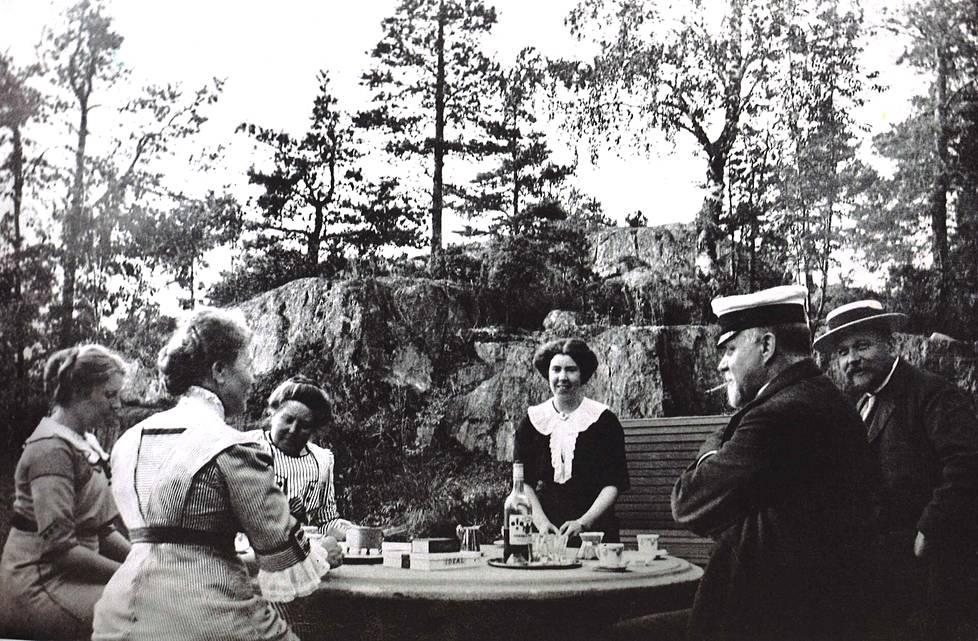 Kahvihetki Kruunuvuoressa 1900-luvun alussa. Pöydän ääressä muun muassa Hannes ja Ida Cygnaeus.