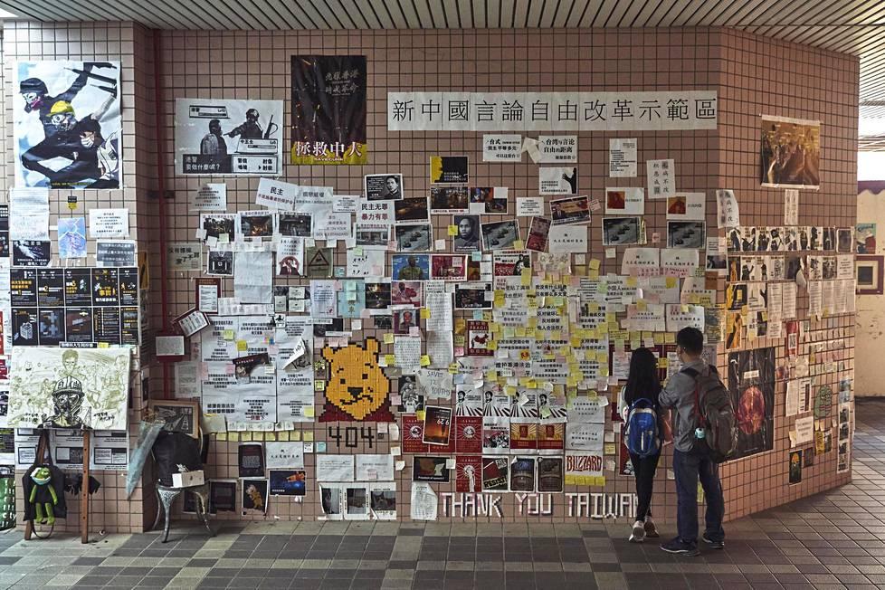 Taipein Chengchi-yliopistolla Hongkongin mielenosoittajia tukeva julisteseinä laajenee edelleen.