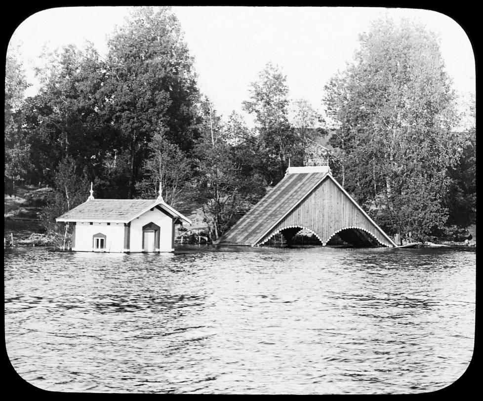 Hatanpään kartanon uimahuone ja venevaja upposivat veteen vuoden 1899 suurtulvassa Tampereen Pyhäjärvellä.