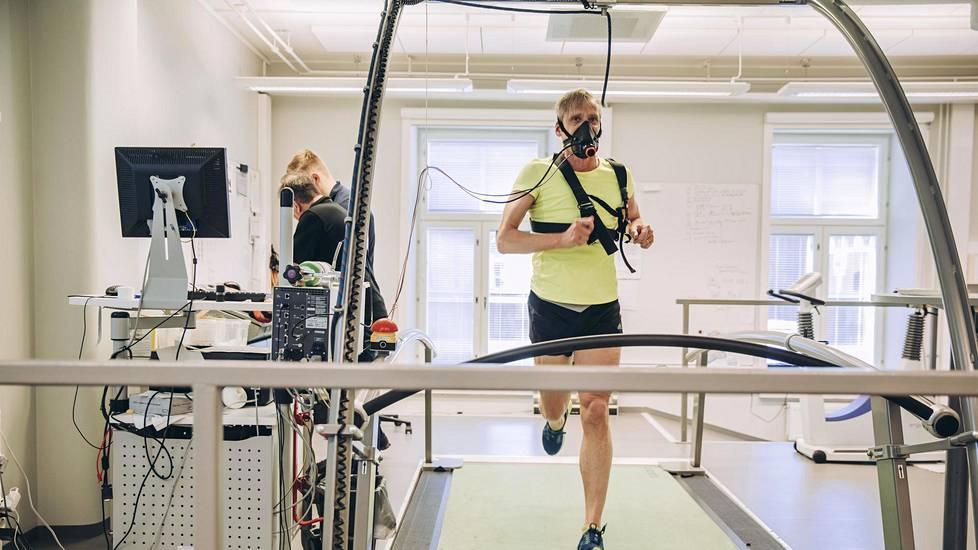 Pauli Kiuru jaksoi juosta matolla 21 minuuttia. Hän oli tyytyväinen tuloksiin kaikkinensa.
