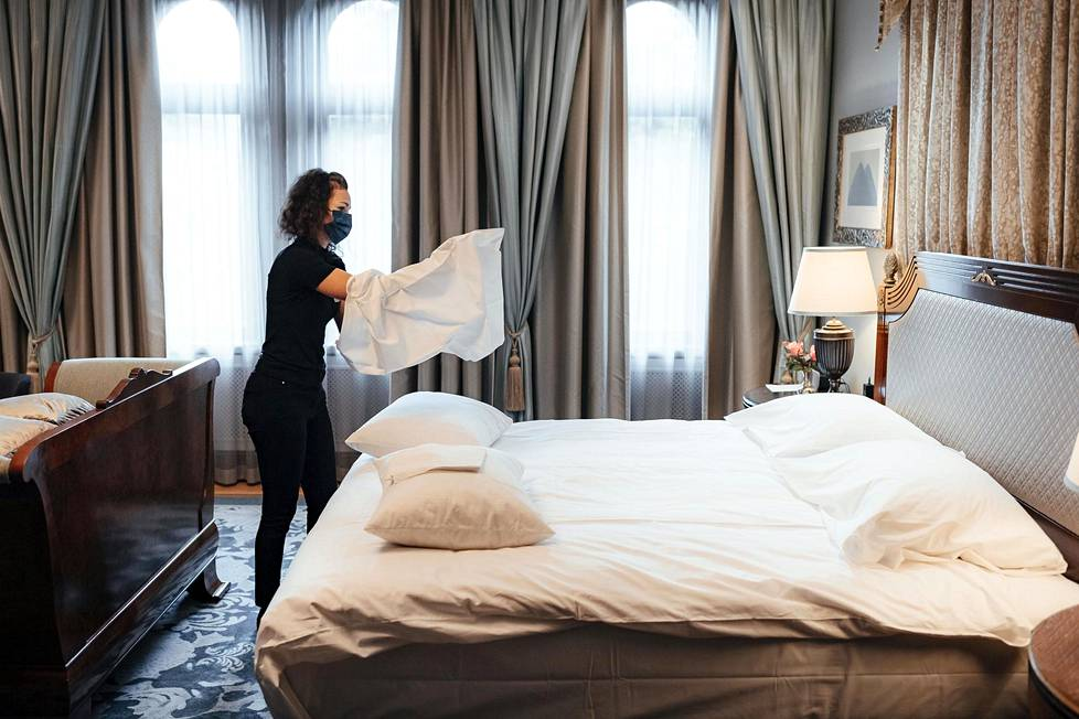 """""""Pöyhimme tyynyt joka päivä. Siten niihin tulee ilmaa ja ne pysyvät muhkeina"""", sanoo työnjohtaja Tanja Loibl, joka sijaa vuodetta hotelli Kämpissä."""