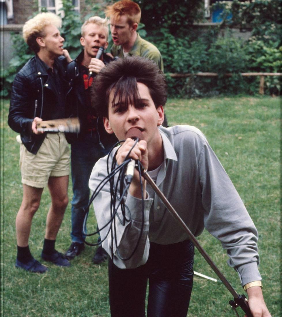 Depeche Mode kuvattiin kesäkuussa 1981 Blackwing Studion takapihalla Lontoossa. Kuvassa vasemmalta lukien Martin Gore, Vince Clark, Andy Fletcher ja Dave Gahan.