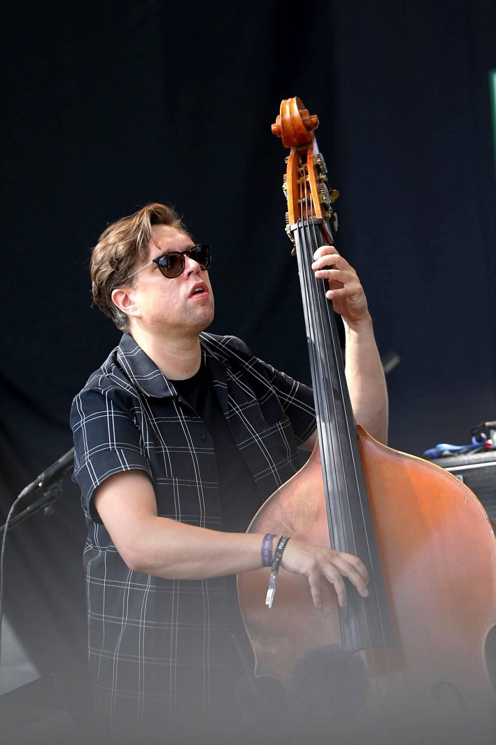 Antti Lötjönen ahkeroi Porissa monen kokoonpanon basistina. Lauantaina hän esiintyi oman Quintet East -yhtyeensä kanssa.