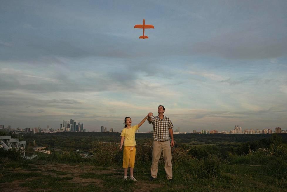Isä ja hänen autistinen tyttärensä Ksenia lennättävät lennokkia Moskovassa elokuussa 2020. Muotokuvat, 3. palkinto.