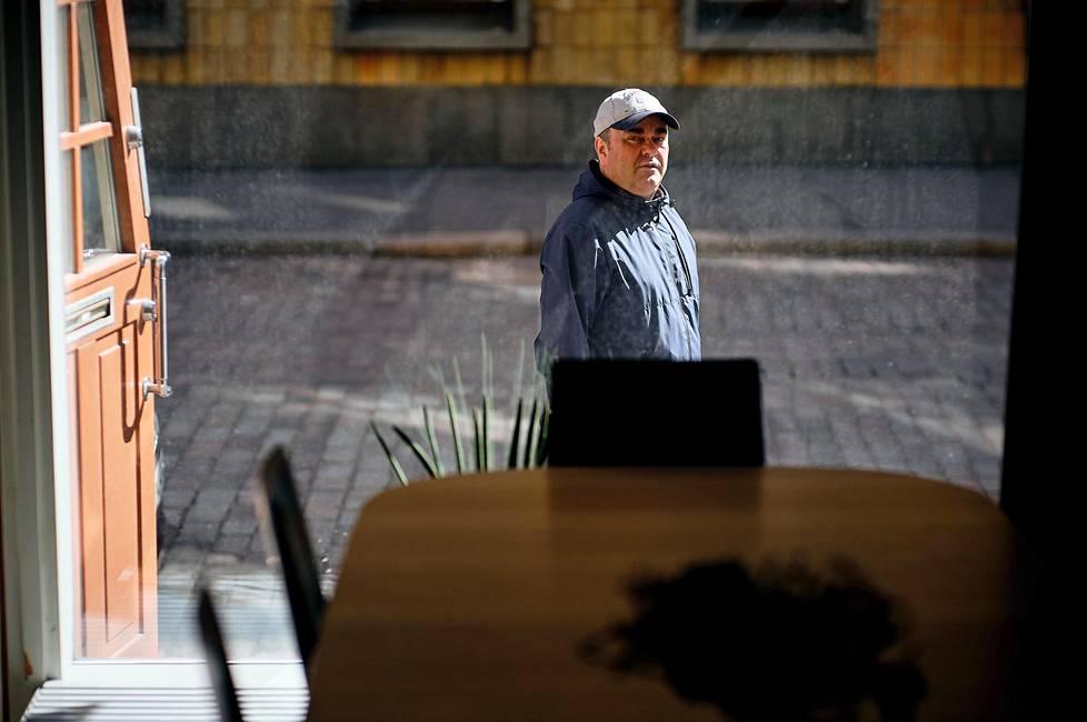Olli Keskinen on edelleen puhetyöläinen. Hän sanoo Kummelin tulevan usein esille puhekeikoilla.