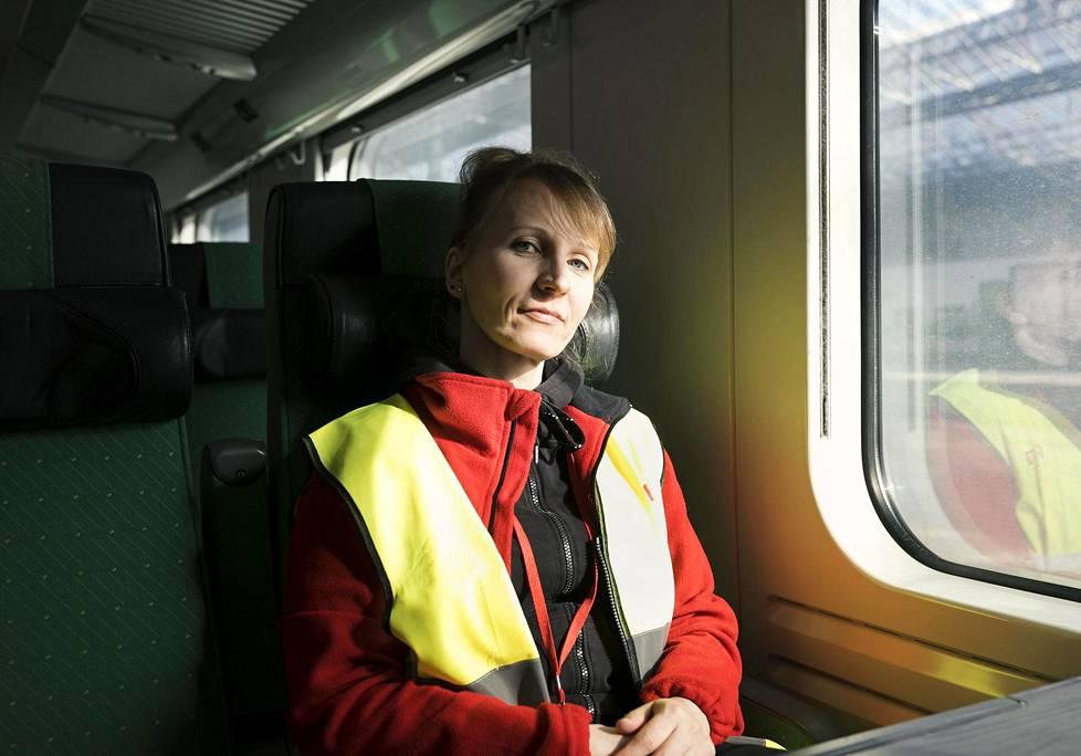 Eveli Trussov siivoaa junia Helsingin rautatieasemalla.