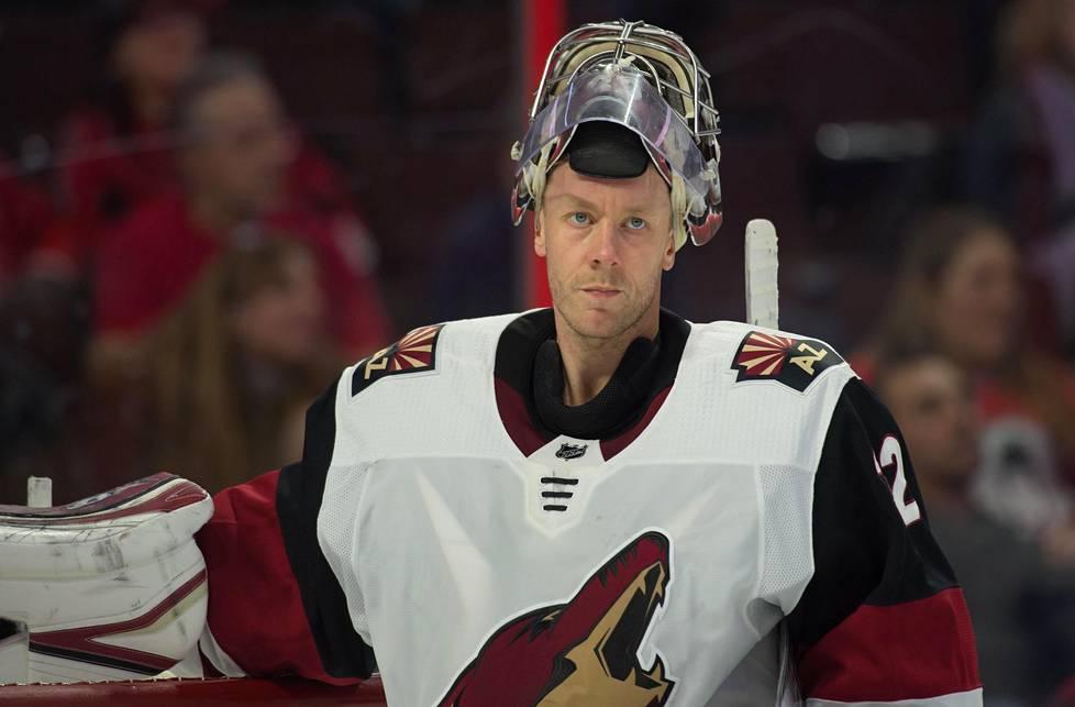 Arizona Coyotesin maalivahti Antti Raanta veti henkeä ottelussa Ottawa Senatorsia vastaan helmikuussa.