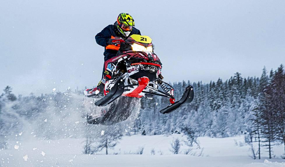 Moottorikelkalla kilpaileminen voi olla myös vaarallinen urheilulaji, jos kuljettaja menettää ajopelin hallinnan. Juhana Rajala käy harjoittelemassa pohjoisen lumilla.