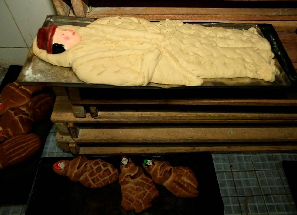 Kuolleiden päivän kunniaksi levottua Tantawawas-pullaa paistopeltien päällä Bolivian La Pazissa.