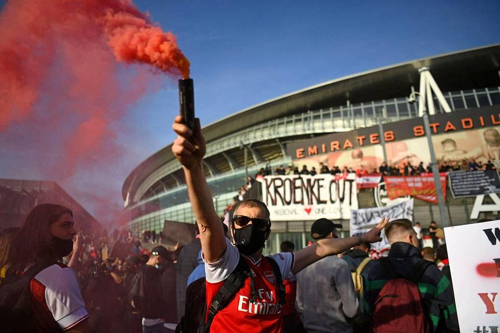 Arsenalin kannattajat protestoivat seuran omistajaa Stan Kroenkea vastaan 23. huhtikuuta 2021.