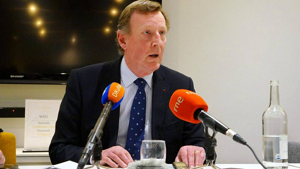 Sir David Trimble mediatapaamisessa torstaina.