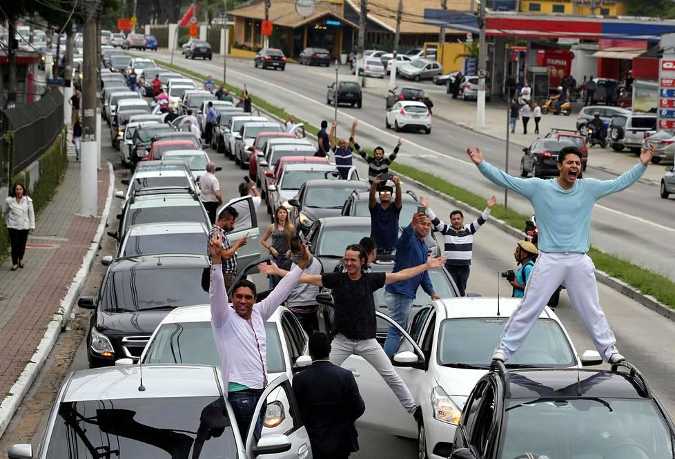 Uber-kyytipalvelun kuljettajat järjestivät maanantaina protestin Brasilian Sao Paulossa. Kuljettajat pelkäävät tulevia lakimuutoksia, jotka saattavat uhata Uberin toimintaa Brasiliassa.