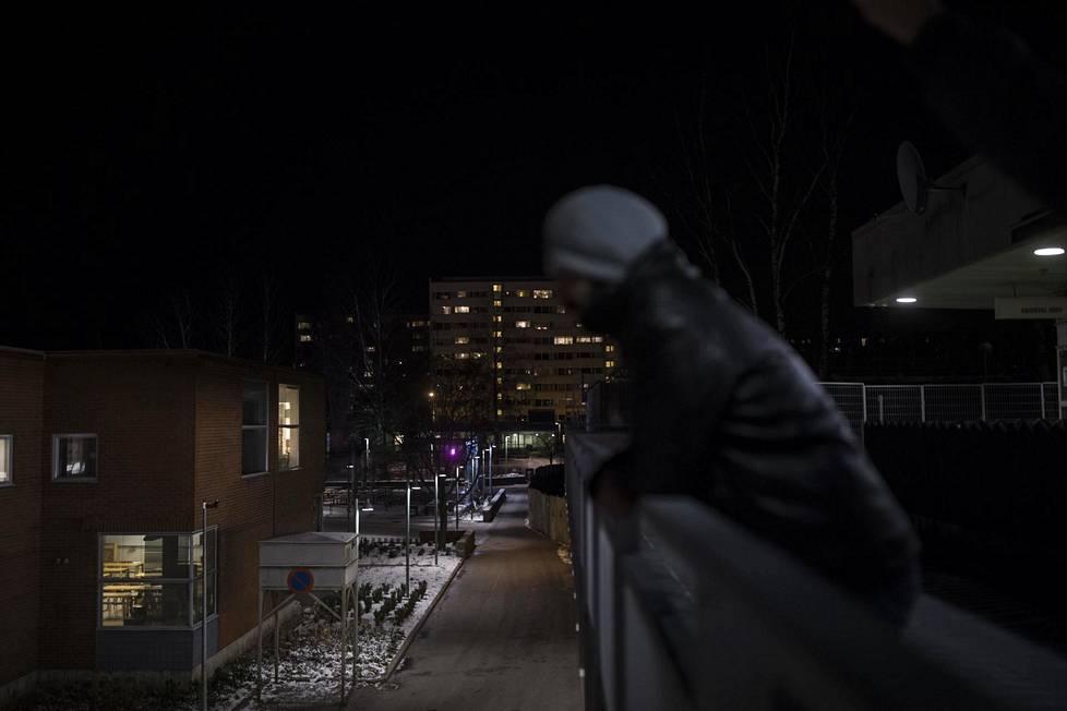 Adnan Al-Joarin tuli Irakista Suomeen vuonna 2015. Monien muiden lailla hän on maksanut nukkumapaikasta olohuoneessa.