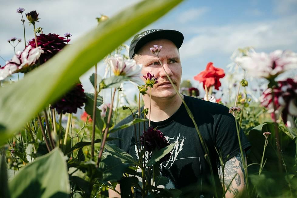 Meemiaktivisti Riku Junttanen ylläpitää satiirista @kaikkipaskaksi-tiliä Instagramissa.