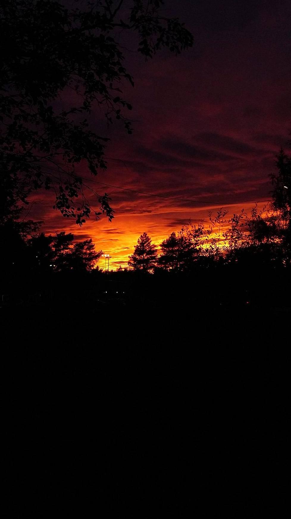 Tulenpunainen auringonlasku Kokkolassa.