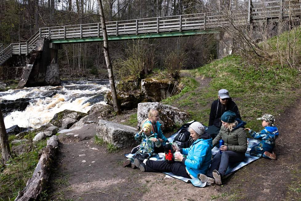 Viirron perhe asettui syömään eväitä Myllykosken varrella Nurmijärvellä sunnuntaina.