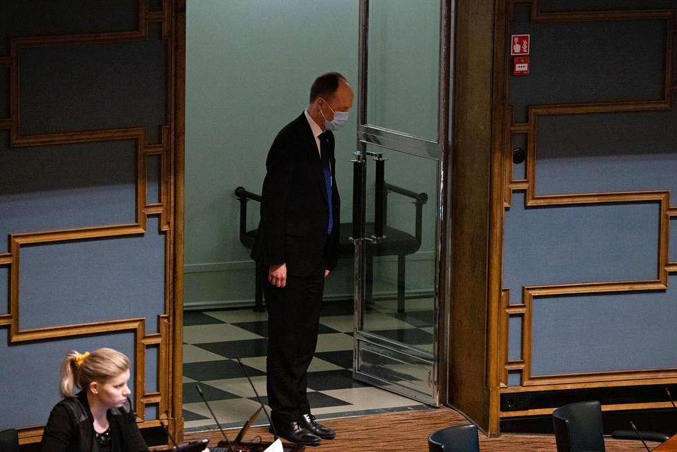 Jussi Halla-aho tervehtii puhemiestä tullessaan sisään istuntosaliin.