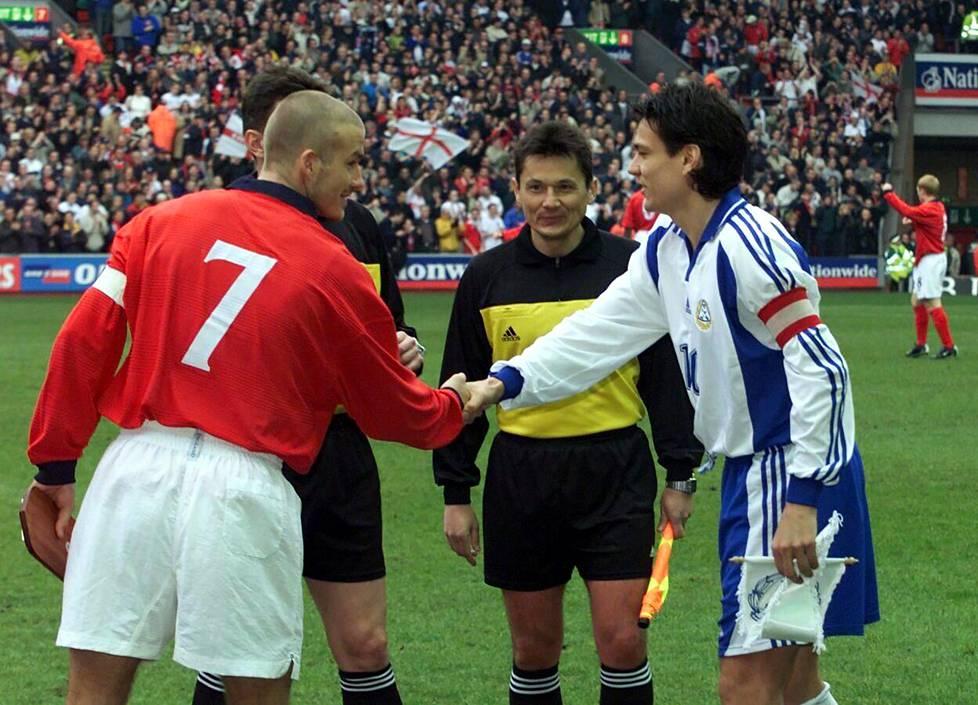 Englanti ja Suomi pelasivat MM-karsintaa Liverpoolissa vuonna 2001. Joukkueiden kapteenit David Beckham ja Jari Litmanen kättelivät ennen ottelua.