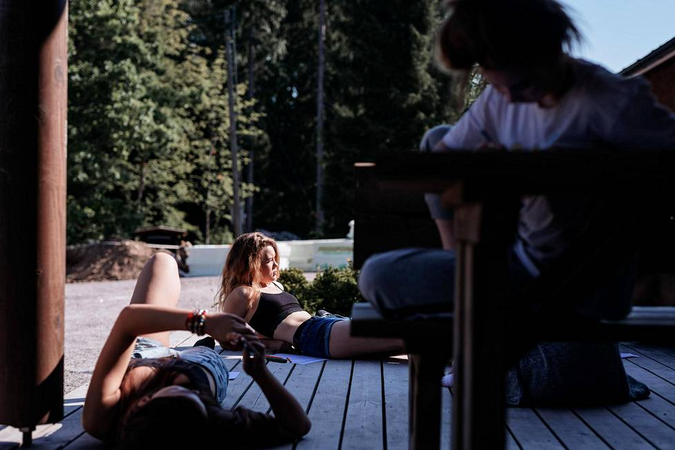Marie Lindqvist (keskellä) on isosena toista kertaa. Lohirannan leirikeskuksen uudesta terassista on tullut leirillä suosittu ajanviettopaikka.