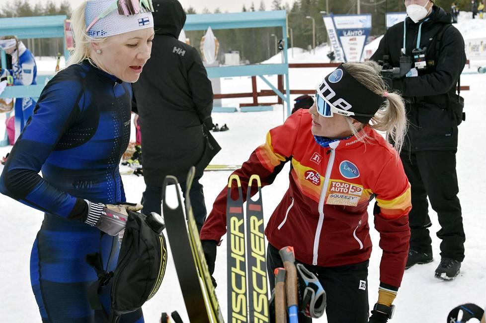 Kaisa Mäkäräinen (vas.) ja 30 kilometrin mestari Riitta-Liisa Roponen hiihtivät toisen kympin lenkin aikana yhtä matkaa.