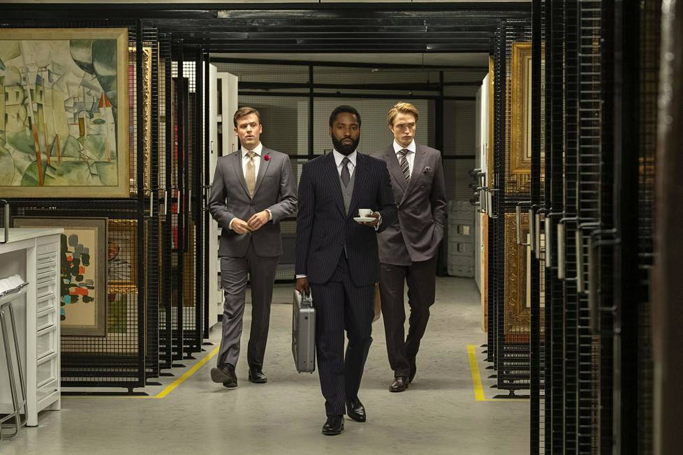 John David Washington (kesk.) on Tenetin nimetön päähenkilö ja Robert Pattinson (oik.) hänen apurinsa.