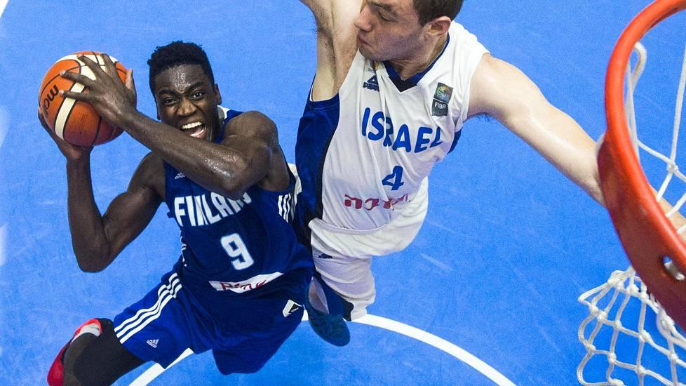 Suomen Fiifi Aidoo (vas.) ja Israelin Netanel Artzi taistelivat lauantain ottelussa.