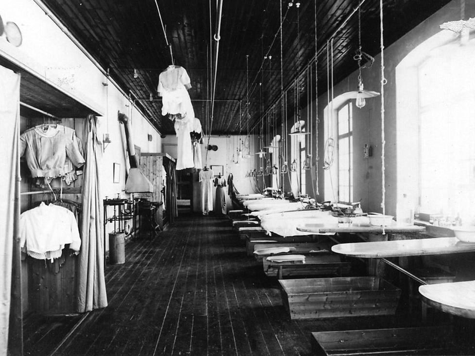 Kaupungistuminen lisäsi kysyntää pesulapalveluille. Lindströmin värjäämö toi kemiallisen pesun ensimmäisenä Suomeen.