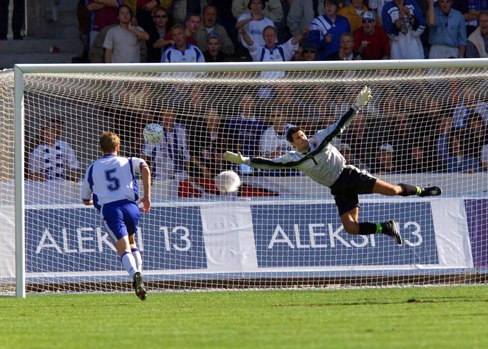 Syyskuussa 2000 Suomi voitti MM-karsintaottelussa Albanian. Suomen Hannu Tihinen (vas.) seurasi vierestä, kun Jari Litmasen laukaus painui Albanian maalivahdin Froto Strakoshan taakse.