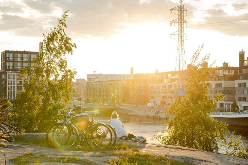 Aurinko laski Mustikkamaalla kello 21.30 jälkeen.