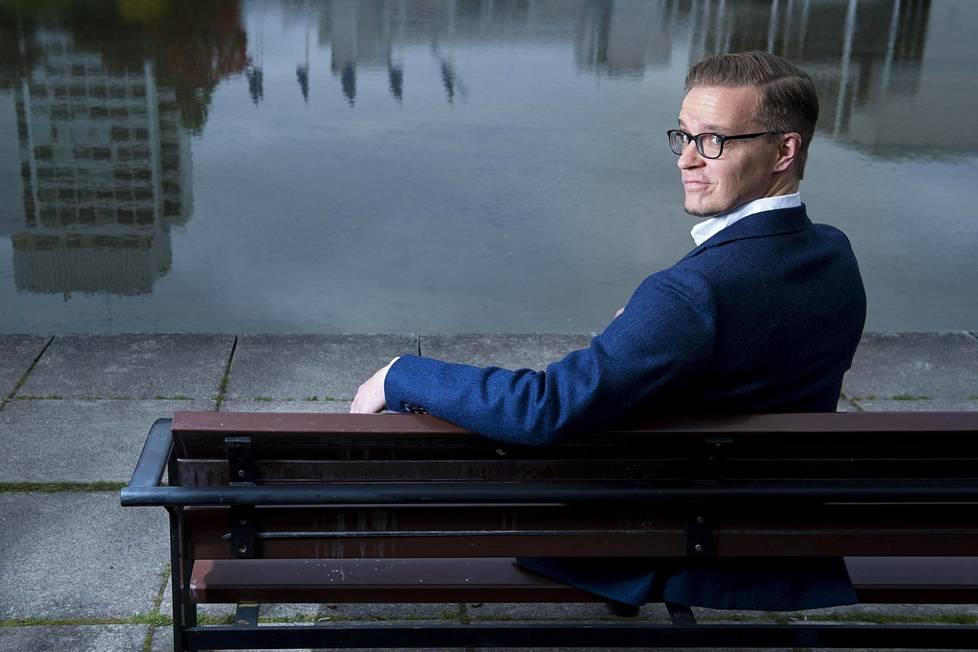 Mahdollisimman monen nuoren miehen pitäisi lukea Joonas Konstigin Vuosi herrasmiehenä -kirja, sanoo kriitikko Matti Mäkelä.