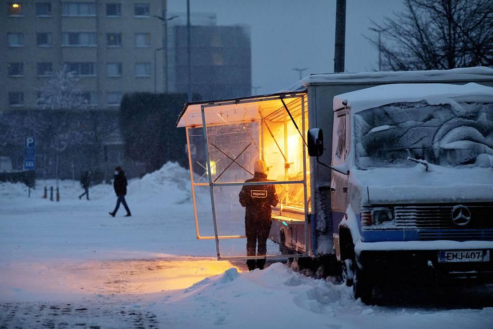 Kalakauppias saapui Hakaniemen torille lumesta huolimatta.