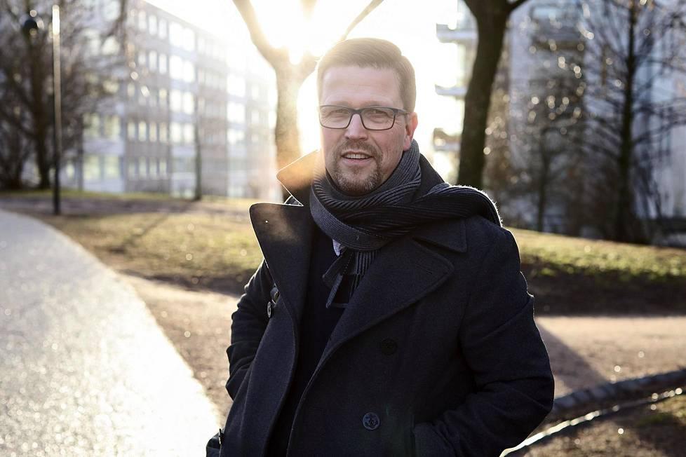 Elämää kuoleman jälkeen on Klaus Härön ensimmäinen teatterielokuva, jonka hän on kirjoittanut alusta loppuun itse. Hän kehuu vuolaasti esimerkiksi kaksi aiempaa ohjaustaan, Tuntemattoman mestarin ja Miekkailijan käsikirjoittanutta Anna Heinämaata.