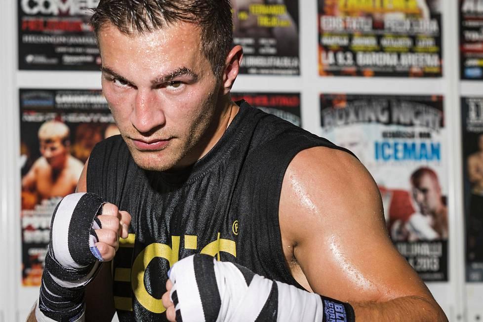 Nyrkkeilijä Edis Tatli suojaa aina hyvin oikean käden ranteensa, jota välillä särkee.