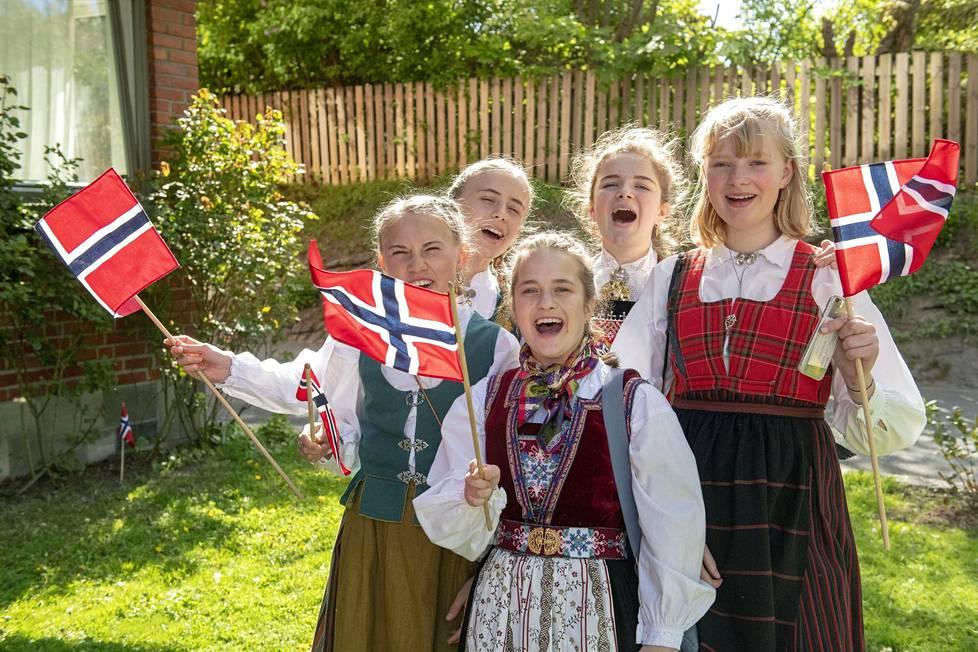 Iben Gjerdåker, Amalie Goksøyr Sjaastad, Ilja Cejka Risnes, Judith Kahrs Helleland ja Marie Scou-Stene tekivät perjantaina aamupäivällä lähtöä Gjerdåkerin lauluaamiaiselta kohti lasten paraatia.