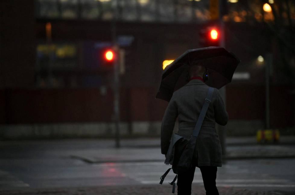 Pimeyttä ja sadetta Helsingissä 8. tammikuuta.