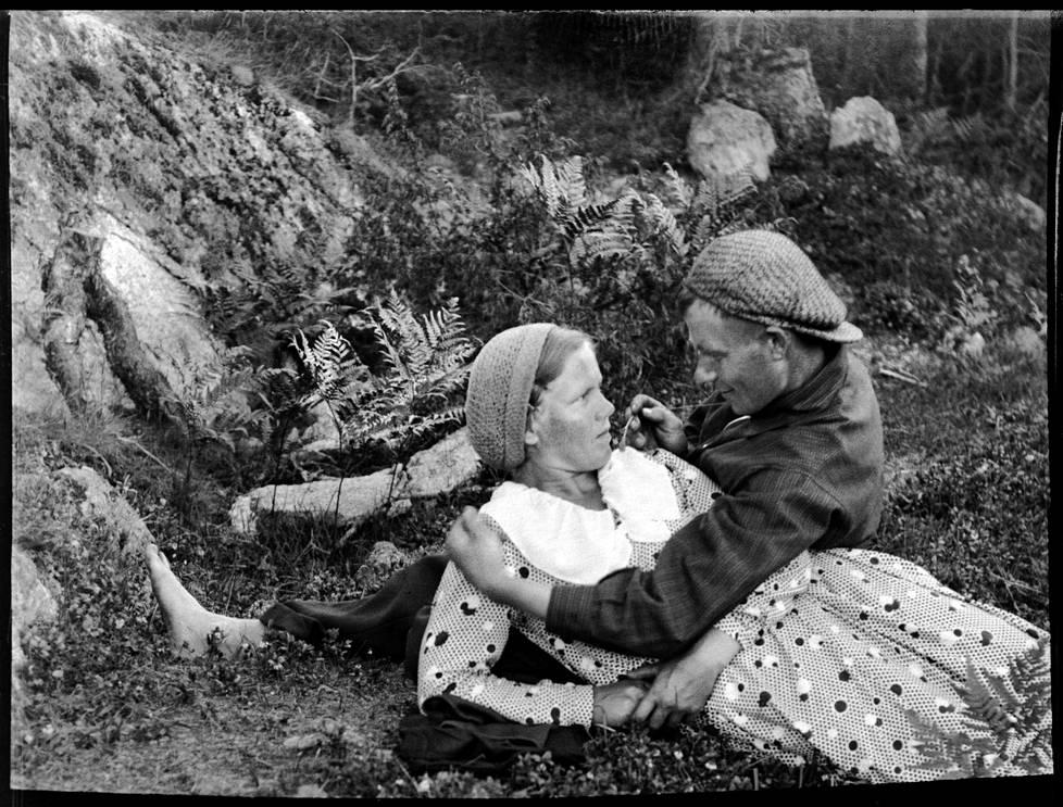 Montosen omakuva nuoruuden rakastetun Ida Keijosen kanssa. Kuva on otettu kaukolaukaisimella.