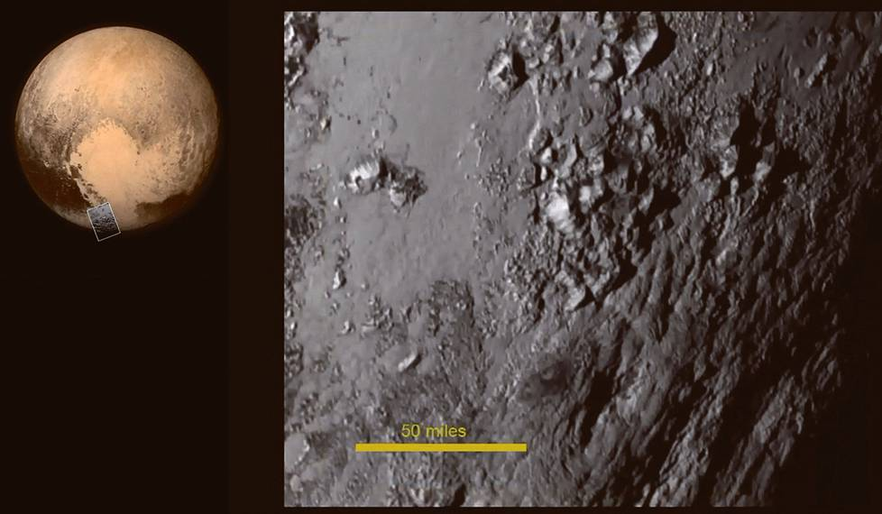 Pluton ensimmäisessä lähikuvassa erottuu vuoria lähellä kääpiöplaneetan etelänapaa. Vuorista pohjoiseen on iso alue, jota on alettu kutsua Pluton sydämeksi. Vuoret kohoavat yli kolmeen kilometriin. Ne muodostuvat ehkä vesijäästä, joka on Plutolla kovaa kuin kivi, sanovat yllättyneet geologit. Keltaisen viivan leveys kuvassa oikealla on noin 80,5 kilometriä.
