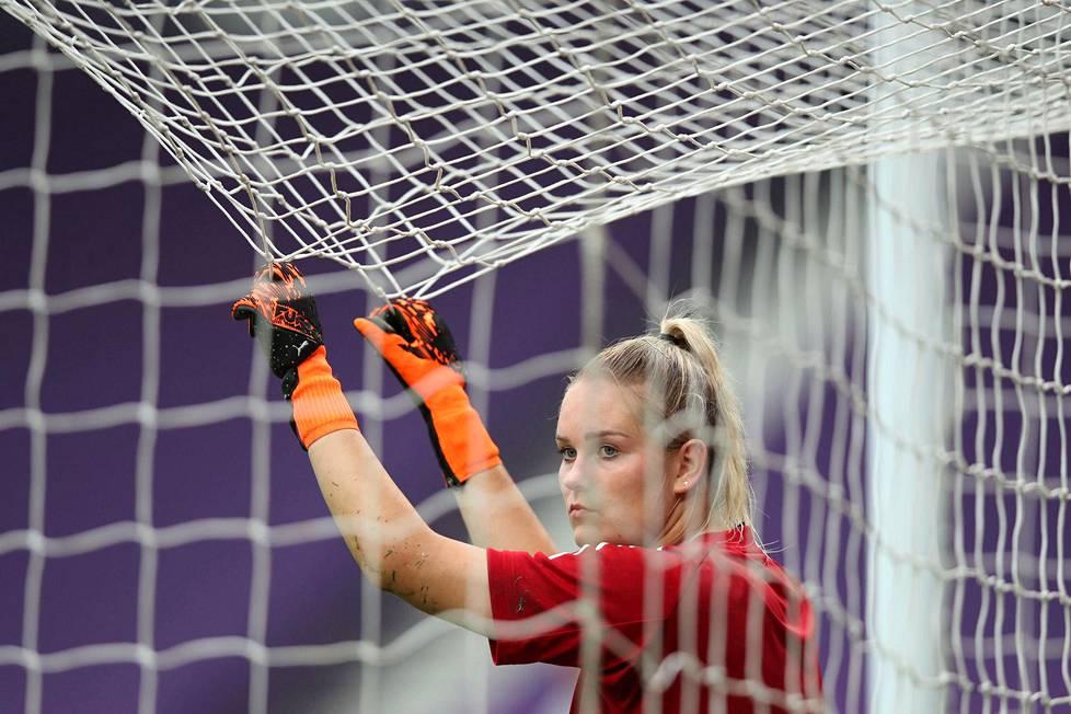 Katriina Talaslahti pääsi kokeilemaan Anoeta-stadionin maaliverkkojen kestävyyttä Mestarien liigan finaalin alla.