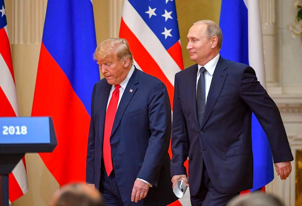 Yhdysvaltain presidentti Donald Trump ja Venäjän presidentti Vladimir Putin saapuivat tiedotustilaisuuteensa maanantaina.