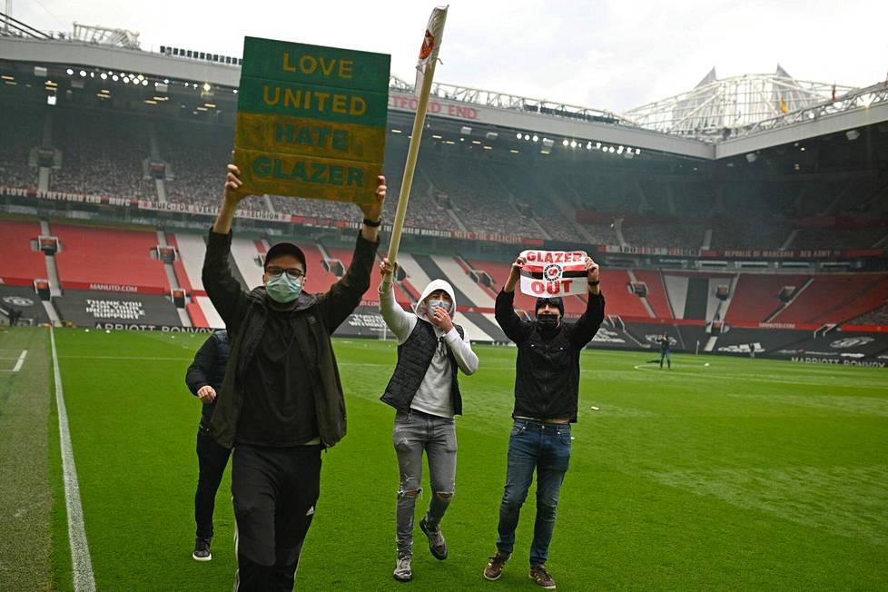 Manchester Unitedin kannattajia tunketui Old Traffordin kentälle.
