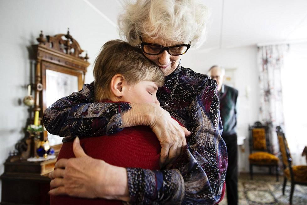 Mummi Anja-Kaisa Luoto ja lapsenlapsi Mikael halaavat lämpimästi.