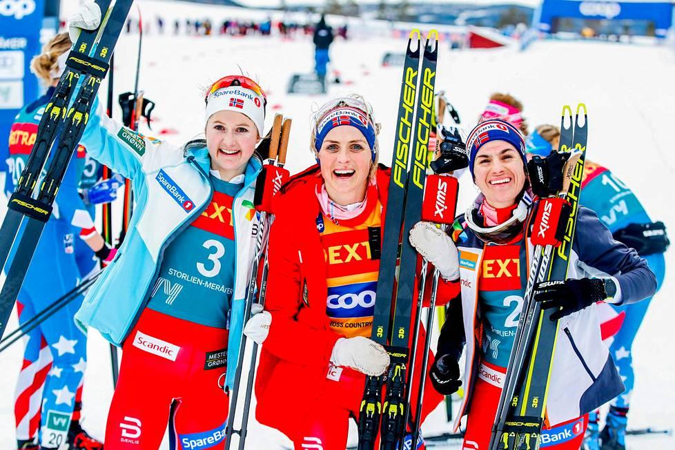 Norjan Ingvild Flugstad Østberg (vas.), Therese Johaug ja Heidi Weng juhlivat viime viikolla kolmoisvoittoa pohjoismaisen kiertueen Ski Tour 2020:n osakilpailussa kotimaansa Meråkerissa. Sama kolmikko vei kärkisijat myös kiertueen kokonaiskilpailussa.