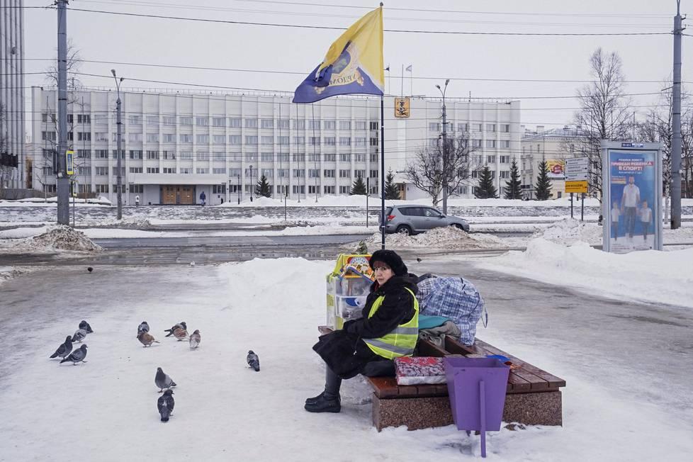 Elina Aleksandrovna osallistuu pysyvään mielenosoitukseen Šiesin jätelaitosta vastaan Lenininaukiolla Arkangelin keskustassa.